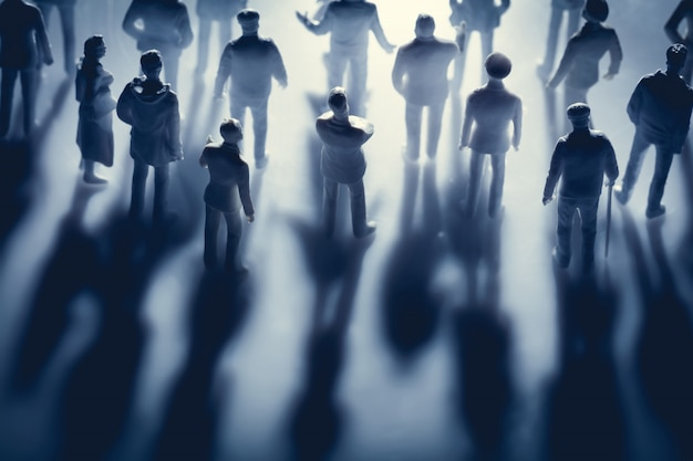 Фигуры людей и их тени