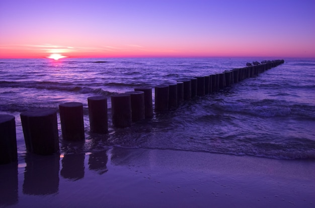 夕暮れ時のビーチの風景