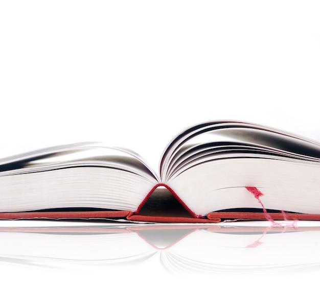 ブックマークと開いた本のクローズアップ