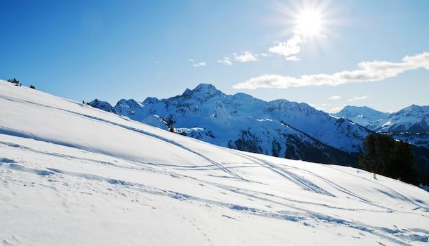 冬の雪の山