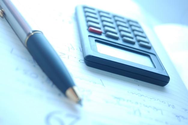 Крупным планом пера с калькулятором