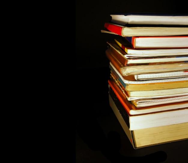 黒い背景で多くの本