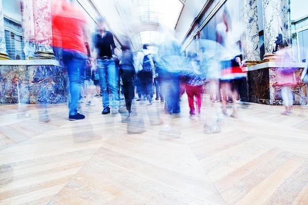 ショッピングモールの中を歩いて人々