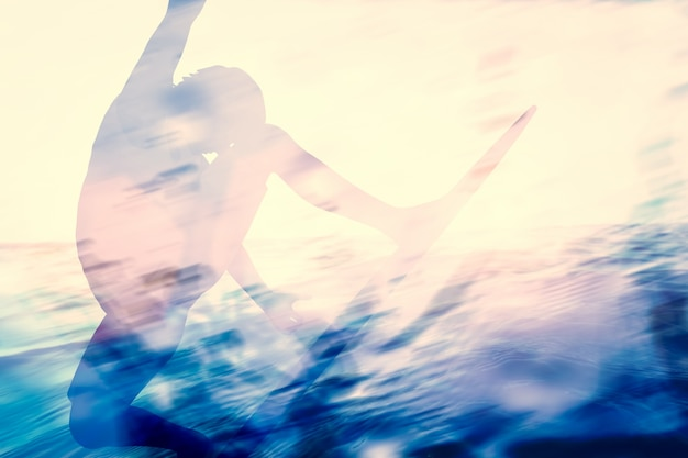 サーフィンの人々の影