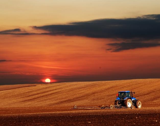 トラクター耕作