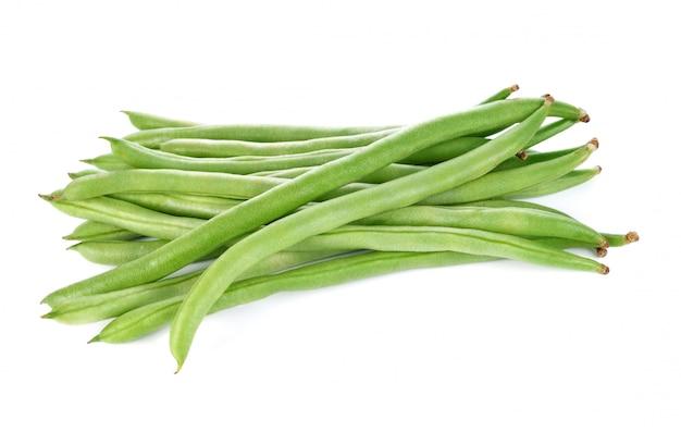 Зеленая фасоль на белом фоне