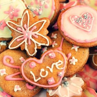 「装飾されたクッキーのクローズアップ」