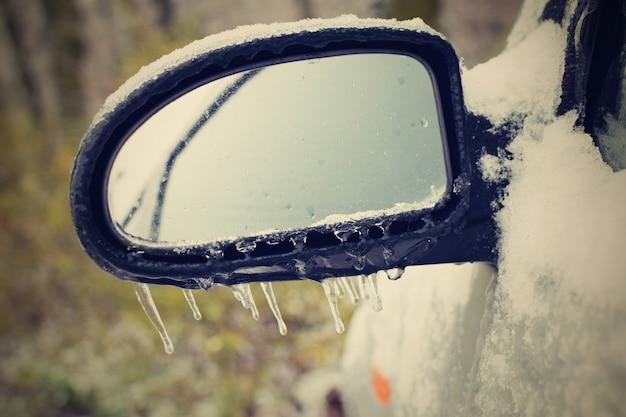 «зеркало автомобиля в снегу»