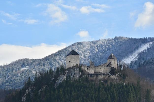 山の中の城