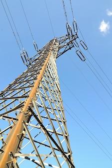 「下からの電気塔」