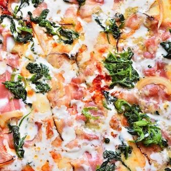 チーズ、ベーコン、クリーム、ほうれん草の素晴らしい新鮮なピザおいしいファストイタリア料理。