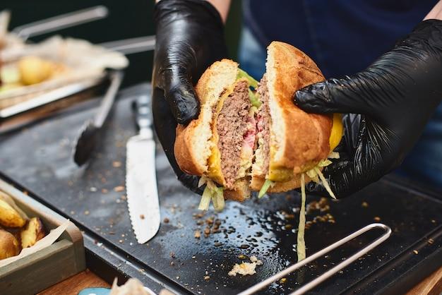 食欲をそそるビーフバーガーのクローズアップ。