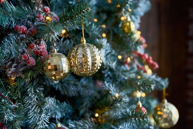 Рождественская елка с елочными шарами