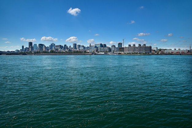Маленькая девочка перемещения лета туристская наслаждаясь взглядом горизонта старого порта от парка монреаля живя счастливый образ жизни идя во время каникул канады.