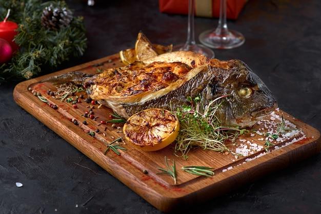 Жареная рыба дорадо, фаршированная разными овощами.