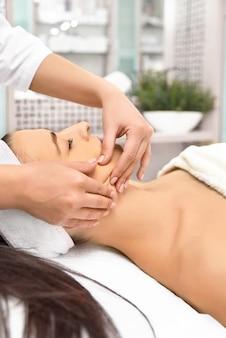 顔の治療を取得スパサロンで美しい女性