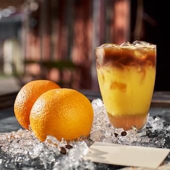 Апельсиновый и кофейный коктейль с пространством для вашего текста
