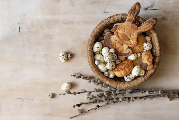 木製のテーブルにイースタージンジャーブレッドクッキー。ジンジャーブレッドのような卵とウサギ。