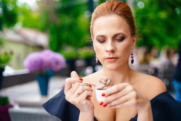 明るい赤髪の女性の肖像画を間近します。屋外のポートレート。