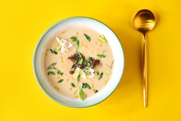 サツマイモのスープをボウルします。おいしい野菜のビタミン食品メニューのコンセプト。食品の壁。コピースペース。