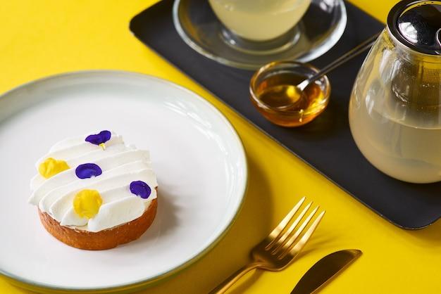 Лимонный пирог с чаем на желтой стене. традиционный французский сладкий пирог. вкусный аппетитный домашний десерт с лимонным кремом. копировать пространство