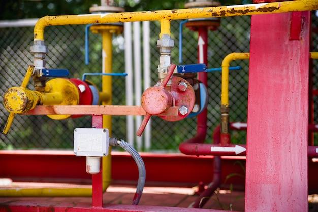 安全弁、調整弁、圧力制御弁を備えた制御ステーション。ペンキのガソリンスタンドのガス弁。