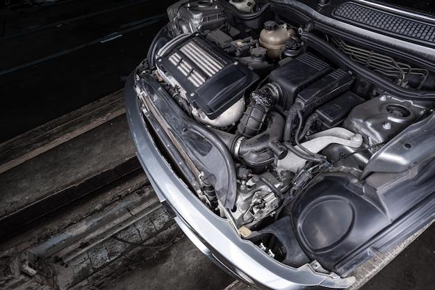 Автомобильный двигатель крупным планом. двигатель внутреннего сгорания, автозапчасти, детейлинг. разбор верфи