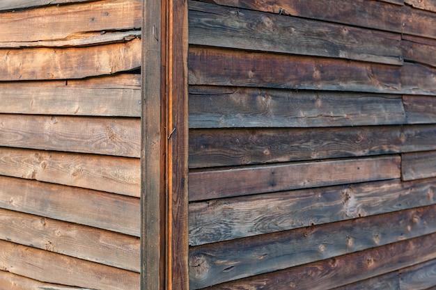 茶色の木の壁、古い木造家屋のコーナー