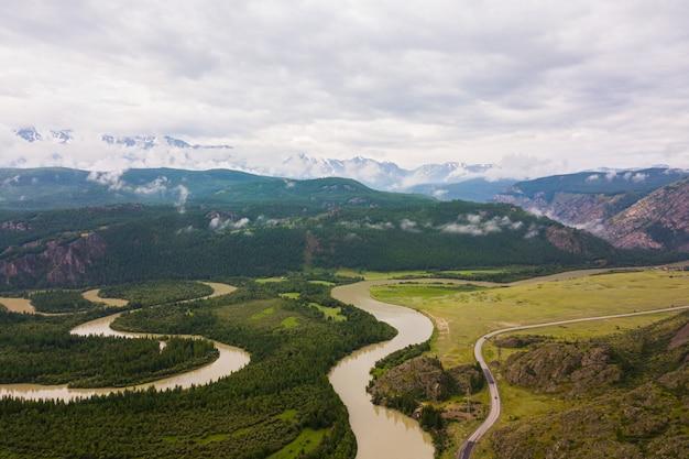 山の川と美しい森のある風景