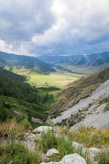 Пейзаж с красивой горной дорогой с идеальным асфальтом