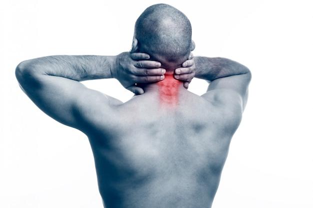 Молодой лысый мужчина спортивного телосложения растянул шею