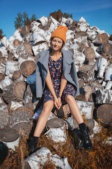 ニット帽子の若い陽気な女性の肖像画