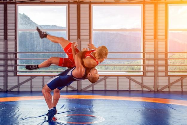 二人の力強いレスラーがレスリング