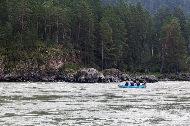 青いインフレータブルボートの運動選手のチーム