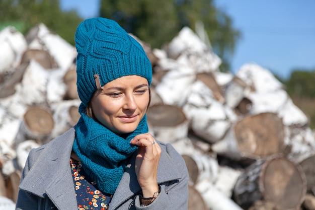 ニット帽子と暖かい服装で美しい若いモデルの肖像画は、一日をお楽しみください