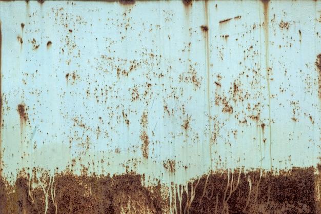 黄色の古いボロボロの製鉄所のクローズアップ。さびた金属の質感
