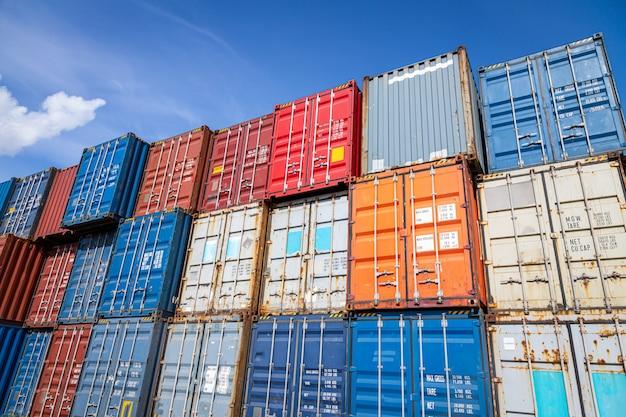 コンテナ貨物ヤードの領域:さまざまな色の商品を保管するための多くの金属コンテナ