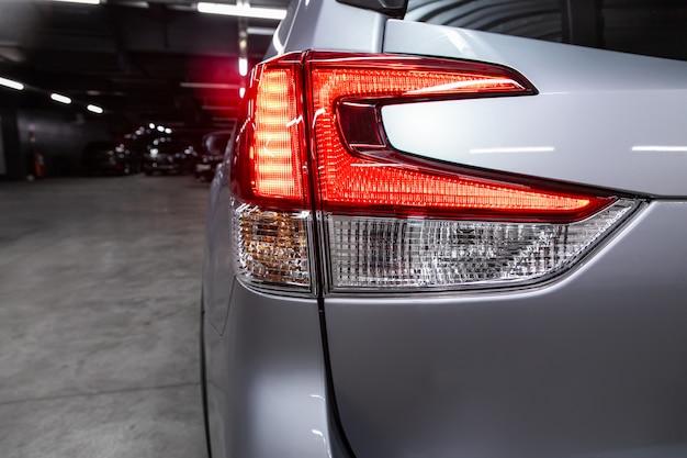 新しいハロゲンシルバークロスオーバー車のクローズアップテールライト。現代の車の外観