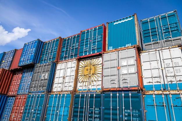 列に積み上げられた商品を格納するための多数の金属容器にアルゼンチンの国旗