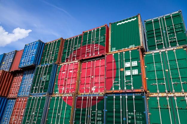 行に積み上げられた商品を保管するための多数の金属容器にバングラデシュの国旗
