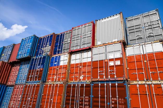 列に積み上げられた商品を保管するための多数の金属容器にチリの国旗