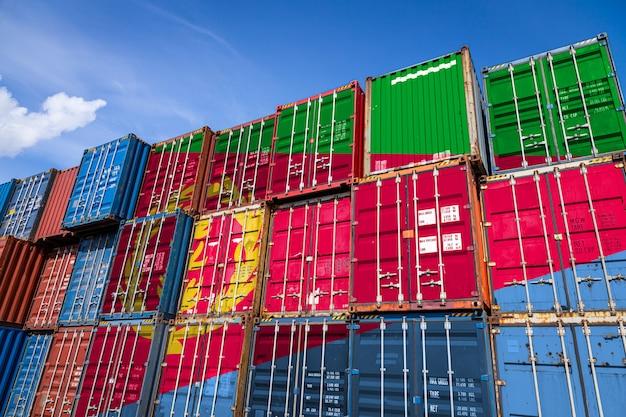 行に積み上げられた商品を保管するための多数の金属容器にエリトリアの国旗