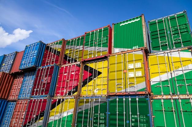 行に積み上げられた商品を格納するための多数の金属容器にガイアナの国旗