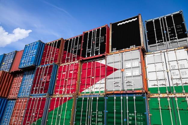 列に積み上げられた商品を保管するための多数の金属容器にヨルダンの国旗