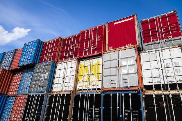 列に積み上げられた商品を保管するための多数の金属容器にエジプトの国旗