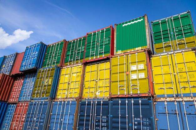 行に積み上げられた商品を保管するための多数の金属容器にガボンの国旗