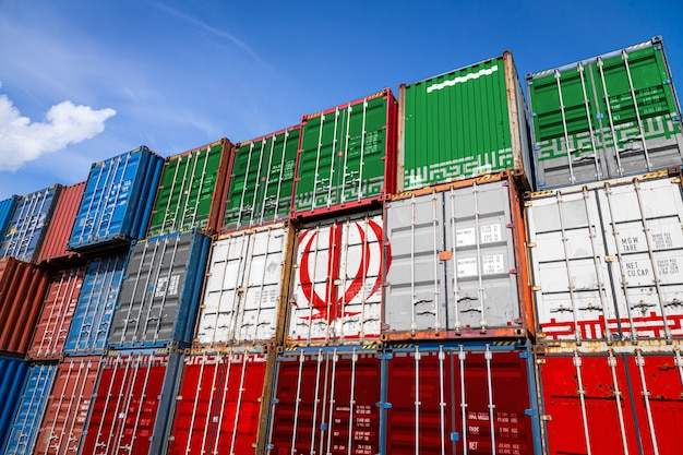 行に積み上げられた商品を保管するための多数の金属容器にイランの国旗