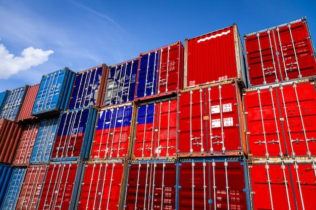 列に積み上げられた商品を保管するための多数の金属容器上の台湾の国旗