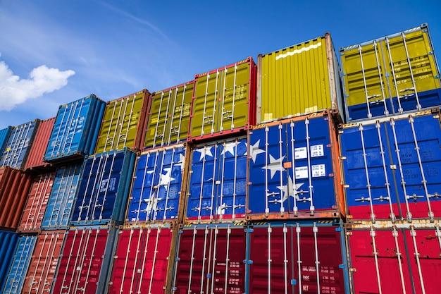 行に積み上げられた商品を保管するための多数の金属容器にベネズエラの国旗