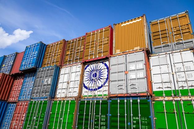 行に積み上げられた商品を保管するための多数の金属容器上のインドの国旗
